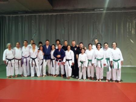 Foto 1 : Los Maestros Asturianos Julio Muñiz e Iván Rodríguez en el centro con Kurka ( Kinomo) azul y un grupo de alumnos de la Sección de Karate que acudió al curso.